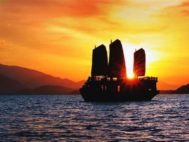 SUNSET COCKTAIL AND DINNER CRUISES IN NHA TRANG